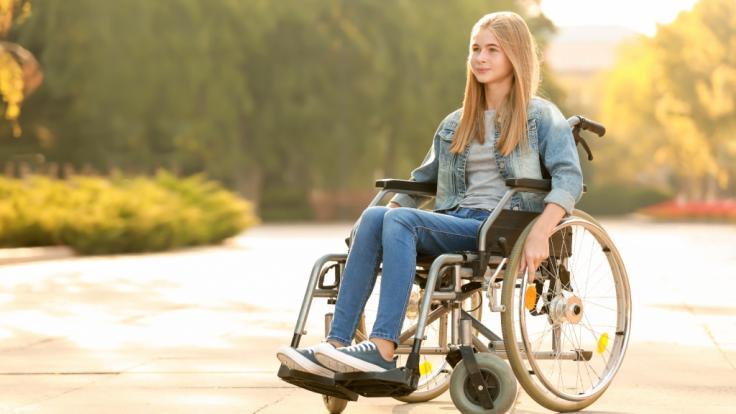 Ein Mädchen (15), das durch Corona im Rollstuhl sitzt, wurde in Wales von Impfgegnern angegriffen. (Foto)