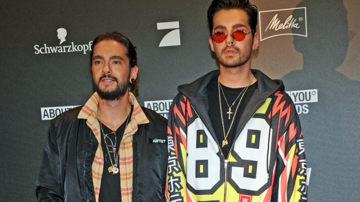 """Tom Kaulitz (li.) zeigte sich mit seinem Zwillingsbruder, dem Tokio-Hotel-Frontmann Bill Kaulitz, bei Verleihung der """"About You Awards"""" in München. (Foto)"""