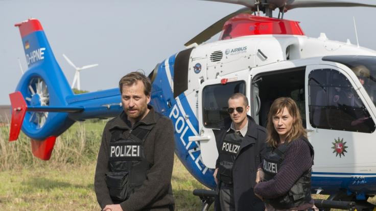 Die Ermittler Weller (Christian Erdmann, l.), Rupert (Barnaby Metschurat, M.) und Ann Kathrin Klaasen (Christiane Paul, r.) auf der Spur des Täters. (Foto)