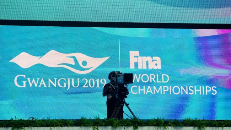 Südkorea, Gwangju: Eine Fernsehkamera steht bei der Schwimm-WM vor einer großen Videoleinwand. (Foto)