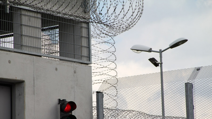 In der JVA Burg soll ein Häftling unrechtmäßig festgehalten worden sein.