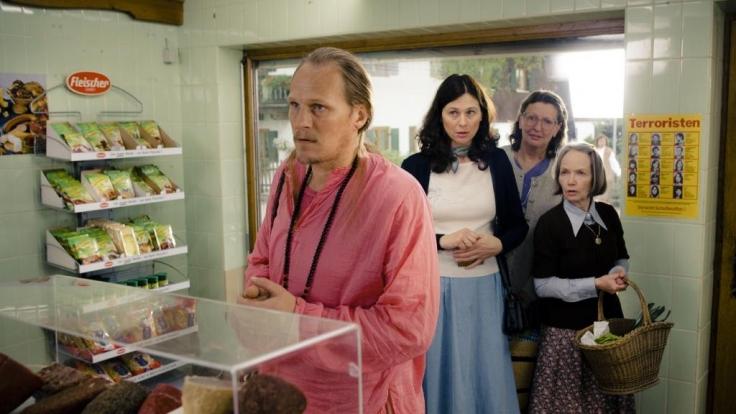 ngstlich beobachten die Dorffrauen, wie Siddharta (Georg Friedrich) sich heimlich Wrstchen beim Metzger kauft. (Foto)
