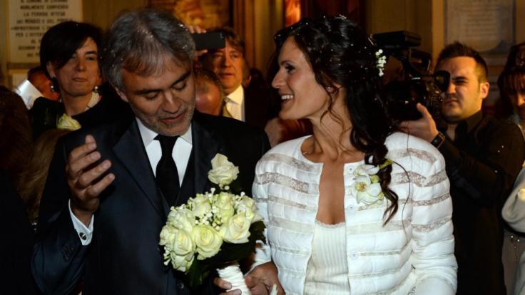 Andrea Bocelli und seine Frau Veronica Berti lächeln nach ihrer Hochzeit im Jahr 2014. (Foto)