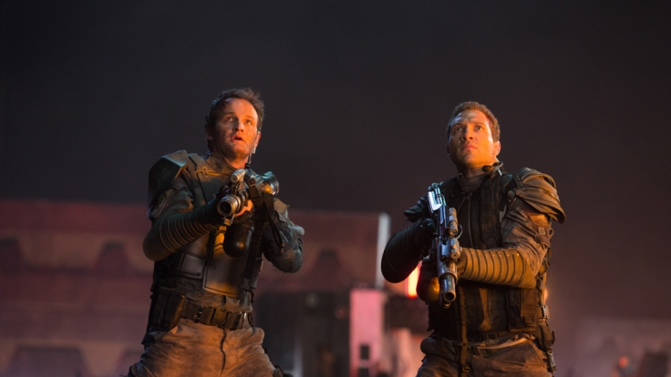 John Connor und Kyle Reese (Jay Courtney) im gemeinsamen Kampf gegen die Maschinen.