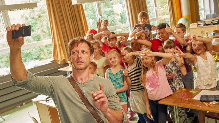 Lehrer Stefan Vollmer hat mit seiner Klasse alle Hände voll zu tun.
