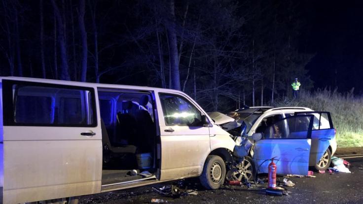 Der Transporter rammte den Pkw frontal. (Foto)