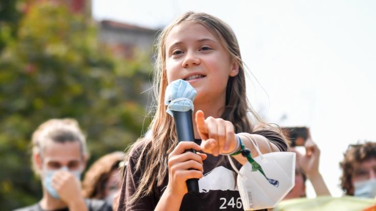 Greta Thunberg zeigte sich auf einer Klimademonstration in Mailand mit einem jungen Mann an ihrer Seite. (Foto)