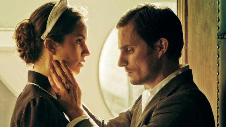 Saralisa Volm und Clemens Schick im Erotikfilm Hotel Desire. (Foto)