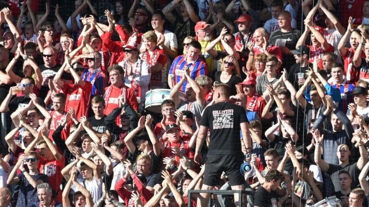 Die Fans von Energie Cottbus heizen ihrem Team ein. (Symbolbild) (Foto)