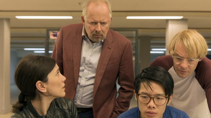 Sarah Brandt (Sibel Kekilli, li.) und Klaus Borowski (Axel Milberg, 2. v.l.) recherchieren mit den Kollegen der Abteilung Cybercrime Cao (Yung Ngo, 3. v.l.) und Dennis (Mirco Kreibich, re.). (Foto)
