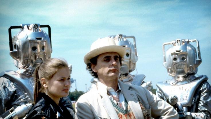 Sylvester McCoy ist der siebte Doctor und stellt sich mit seiner Begleiterin Ace (Sophie Aldred) nicht nur gegen die seelenlosen Cybermen.