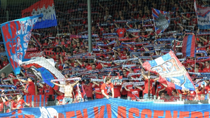 Die Fans des 1. FC Heidenheim feuern ihren Verein an. (Symbolbild)