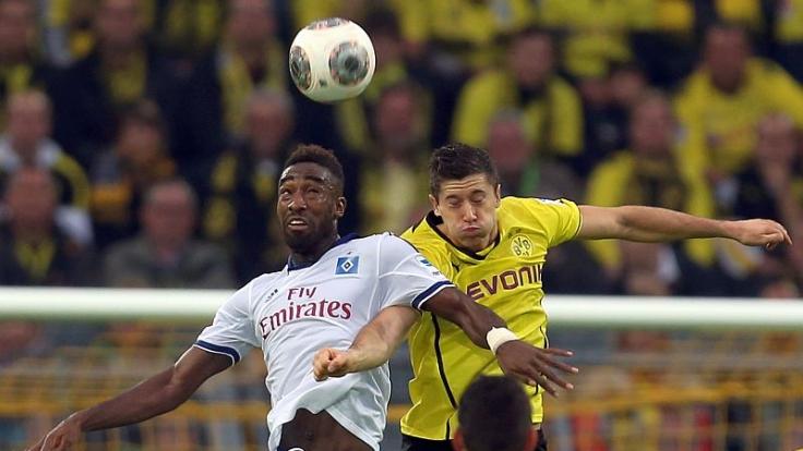 Abstiegskampf vs. Champions-League-Ansprüche: Hamburgs Johan Djourou (links) gegen Dortmunds Robert Lewandowski.