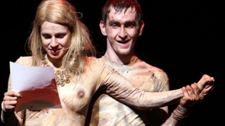 """Lisa Bitter (l.) probt im Nackt-Kostüm als Ophelia eine Neuinszenzierung von Shakespeares """"Hamlet"""" im Schauspielhaus Stuttgart 2009. (Foto)"""