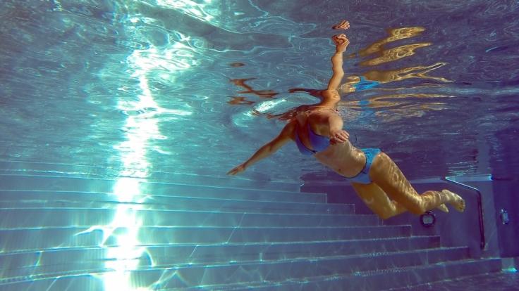 Horror im Freibad, sexy im eigenen Pool: Mitten im Wasser sagt der Bikini «tschüss». (Foto)