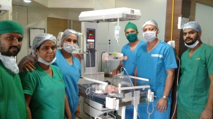 Diese Ärzte-Team, aus dem Titan-Krankenhaus in Thane (Maharashtra, Indien) hat den Foetus entnommen.