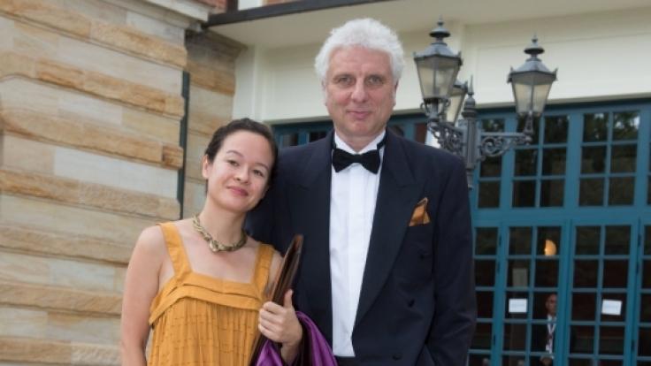 Der Schauspieler Udo Wachtveitl und seine Freundin Lila Schulz posieren am 25.07.2016 in Bayreuth. (Foto)
