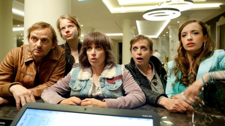 Anna Thalbach (Mitte) spielt das erste Mal mit Mutter Katharina (2. von rechts) und Tochter Ellie Thalbach in einem Film (1. von rechts). (Foto)