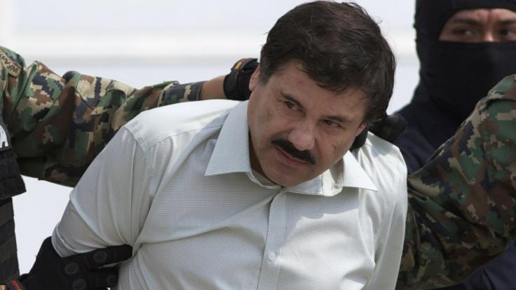 """Der mexikanische Drogenboss Joaquin """"El Chapo"""" Guzman wird nach seiner Gefangennahme zu einem Hubschrauber geführt. (Foto)"""