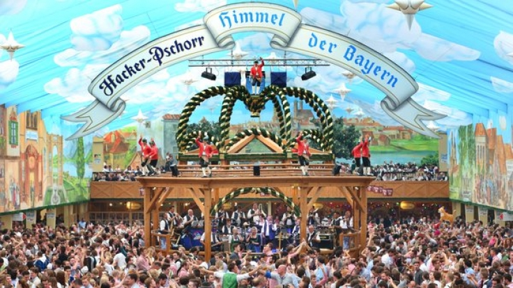 Oktoberfest in München (Bayern) im Hackerzelt.