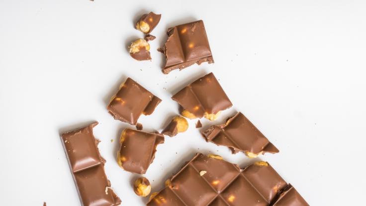 Wegen Kunststoffteilen hat Rewe seine Ja! Nuss-Schokolade zurückgerufen. (Symbolbild) (Foto)