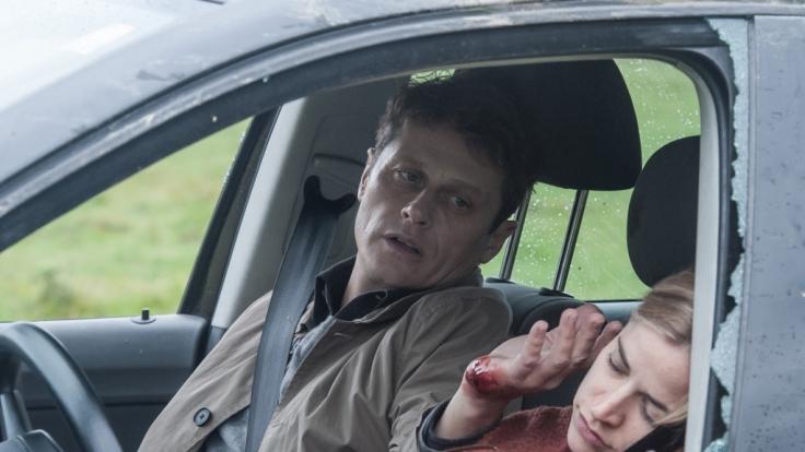 Thomas (Roman Knižka, l.) und Lisa (Merle Collet, r.) erleiden einen folgenschweren Autounfall. (Foto)