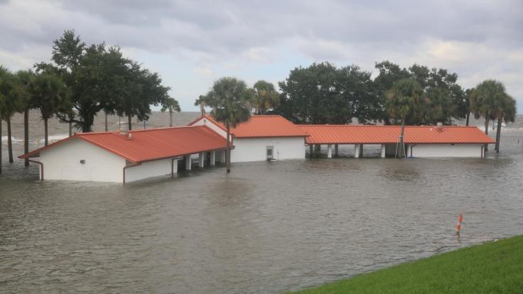 Ein Pavillon wird überflutet. (Foto)