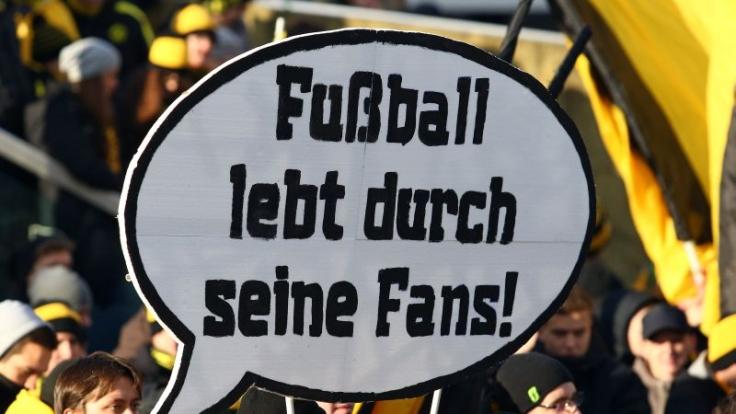 Meinung aus der Kurve: Fußballblogger betrachten die Fußballwelt kritisch und unterhaltsam aus Fansicht.