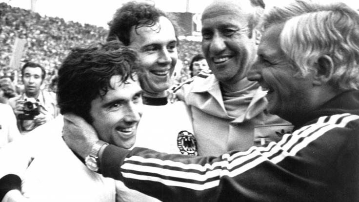 """Gerd """"Bomber"""" Müller (l) und Franz Beckenbauer (2.v.l) bejubeln den Triumph im WM-Finale 1974 gegen die Niederlande. (Foto)"""