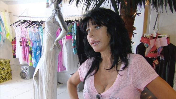 Botox-Stirn, aufgespritzte Lippen, Silikon-Brüste. Carmen Diaz weiß, was schön ist.