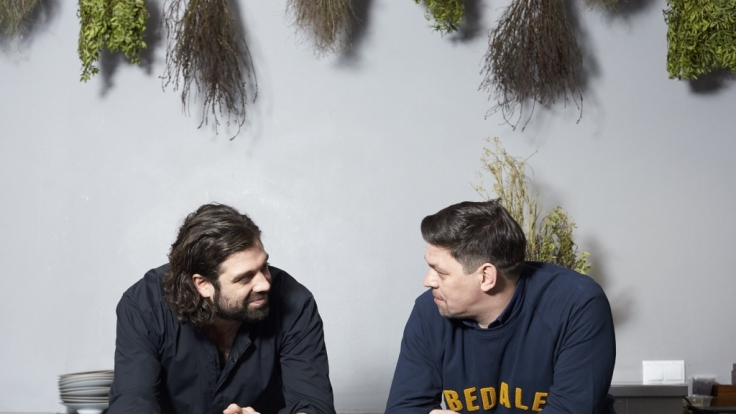 """Tim Mälzer (r.) und Konstantin Filippou kochen sich in """"Kitchen Impossible"""" quer durch Europa. (Foto)"""