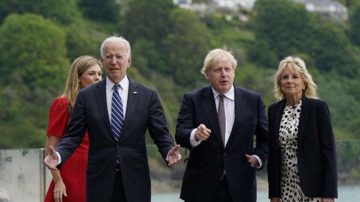 Boris Johnson (2.v.r), Premierminister von Großbritannien, und seine Frau Carrie Johnson (l) sowie Joe Biden, Präsident der USA, und First Lady Jill Biden spazieren gemeinsam vor dem Carbis Bay Hotel in Cornwall. (Foto)