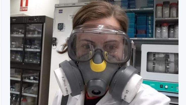 """Amelia Cervera sagt: """"Mein Maske schützt nicht nur vor gefährlichen Chemikalien. Noch dazu dämpft sie meine Frauen-Heulerei. Praktisch!"""" (Foto)"""
