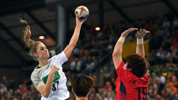 Deutschlands Alicia Stolle (l.) setzt sich gegen Südkoreas Eunhye Kang durch.