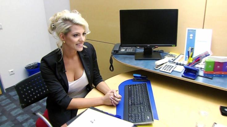 Kann Sarah Nowak ihren Job in einer Bank noch wahrnehmen? (Foto)