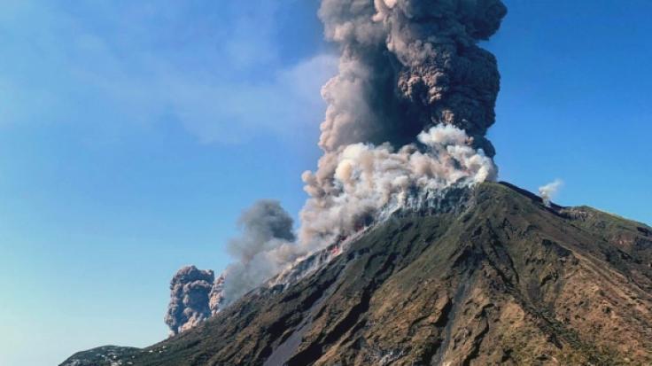 Rauchschwaden steigen vom Vulkan Stromboli auf.