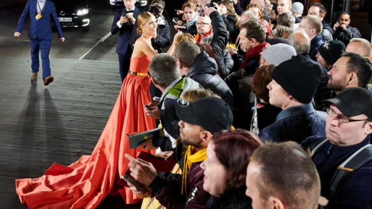 Mit der eleganten Robe zog sie alle Blicke auf sich.