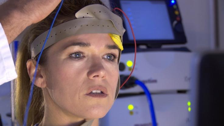 Anke Engelke testet, ob sie mit Strom im Kopf schneller rechnen kann.