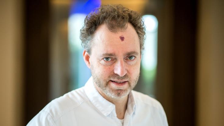 """Sternekoch Sven Elverfeld vor dem Restaurant """"Aqua"""" im Hotel Ritz-Carlton. Das Restaurant hat drei Sterne vom Restaurantführers Guide Michelin bekommen. (Foto)"""