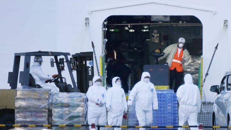 """Das Kreuzfahrtschiff """"Diamond Princess"""", das in Yokohama angedockt ist, stockt Lebensmittel und andere Vorräte auf. (Foto)"""