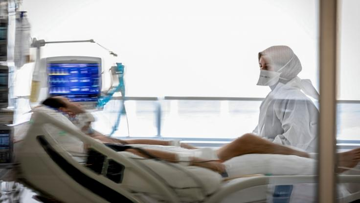 Die Lage auf den Intensivstationen entspannt sich allmählich, wie Einschätzungen der Deutschen Krankenhausgesellschaft (DKG) zeigen. (Foto)