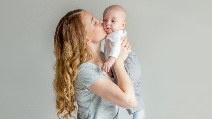 Echte Powerfrauen: DIESE Promi-Damen ziehen ihr Baby allein groß. (Foto)