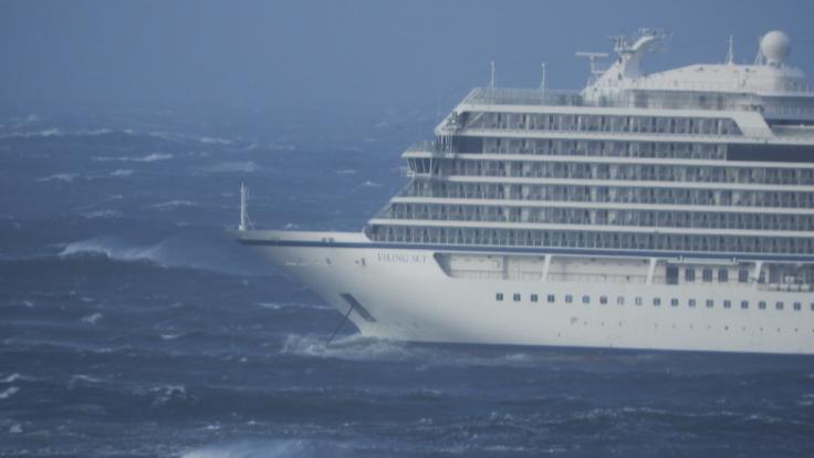 Bei einem Sturms gerät das Kreuzfahrtschiff