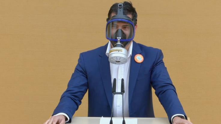AfD-Politiker Stefan Löw schockt mit Gasmasken-Auftritt im Bayerischen Landtag. (Foto)
