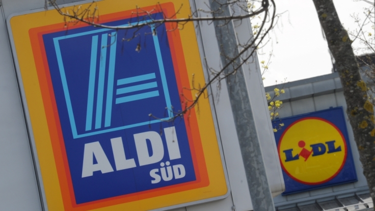 Aldi und Lidl liefern sich einen Preiskampf um den Energy-Drink Red Bull. (Foto)