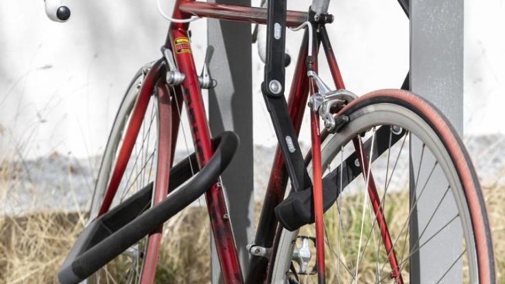 Doppelt hält besser: Die Stiftung Warentest rät, sein Fahrrad am besten mit zwei Schlössern verschiedener Bauarten zu sichern, um es Dieben möglichst schwer zu machen.