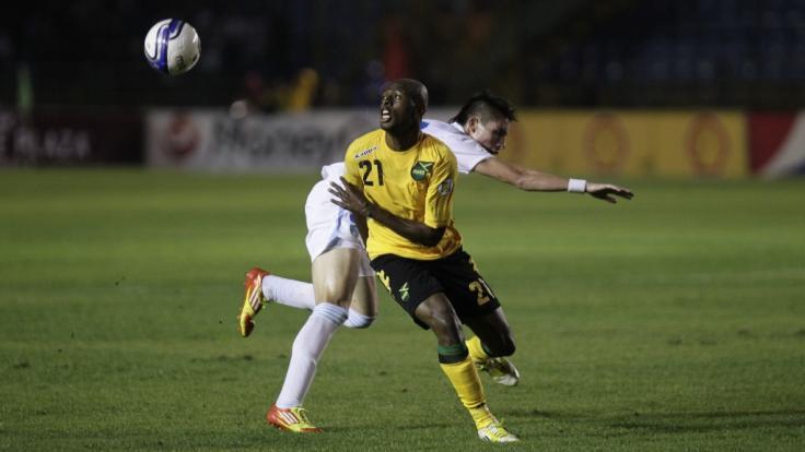 Der jamaikanische Fußball-Nationalspieler Luton Shelton, hier im Zweikampf bei einem Länderspiel gegen Guatemala, ist im Alter von nur 35 Jahren gestorben. (Foto)