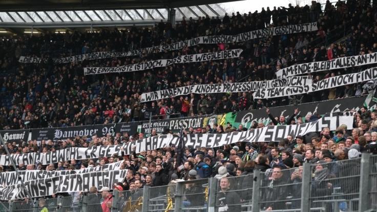 Fans von Hannover 96 unterstützen ihr Team von der Tribüne aus. (Symbolbild)