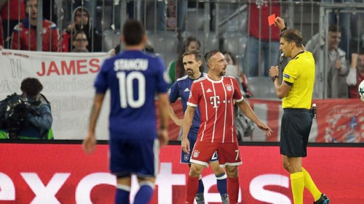 Ribéry kassierte erst Gelb wegen Meckerns, dann schmiss er sein Trikot in die Ecke. (Foto)