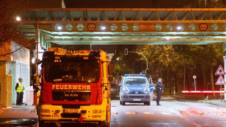 Polizei und Feuerwehr stehen in der Einfahrt zum Gelände des Paketdienstleisters Hermes